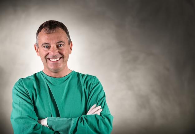 Portret van glimlachende chirurg