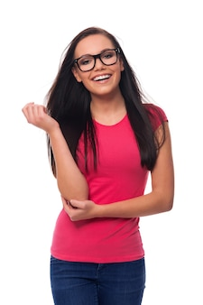 Portret van glimlachende donkerbruine vrouw die glazen draagt
