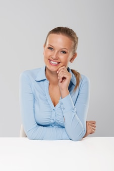 Portret van glimlachende en openhartige onderneemster