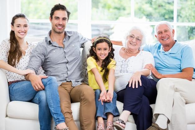 Portret van glimlachende familie met grootouders op bank