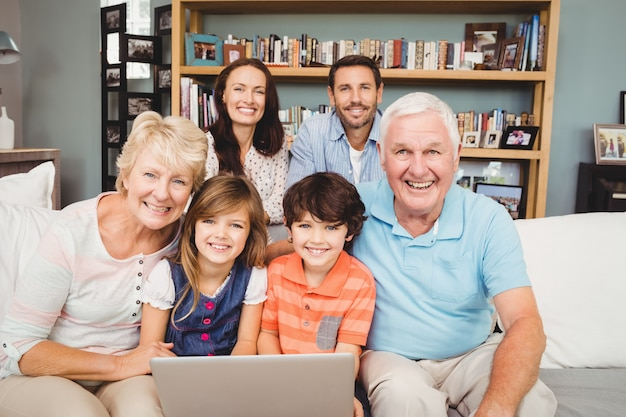 Portret van glimlachende familie met laptop