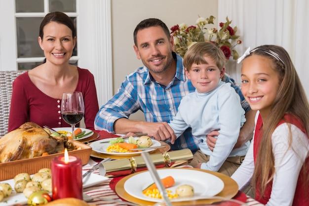 Portret van glimlachende familie tijdens kerstmisdiner