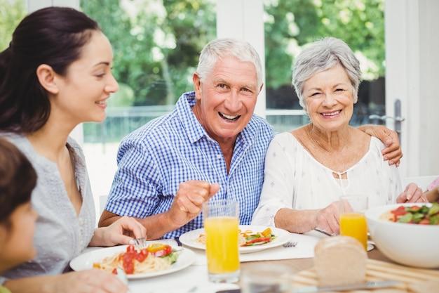 Portret van glimlachende grootouders met familie