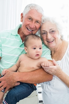 Portret van glimlachende grootouders