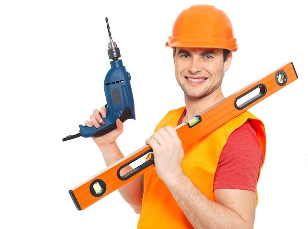 Portret van glimlachende handarbeider met hulpmiddelen die op witte achtergrond wordt geïsoleerd