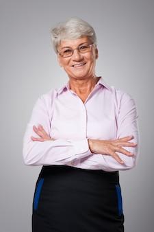 Portret van glimlachende hogere bedrijfsvrouw