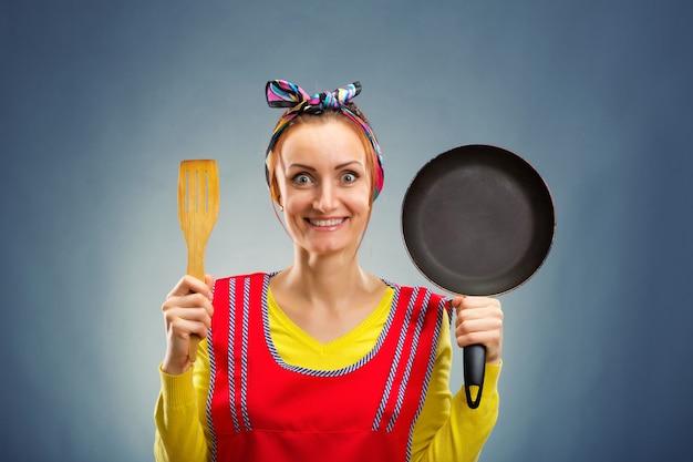 Portret van glimlachende huisvrouw