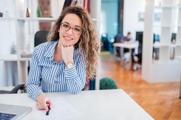 Portret van glimlachende jonge administratief manager.