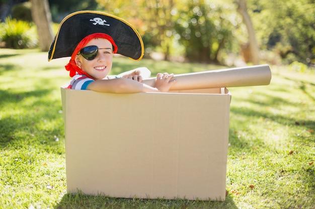 Portret van glimlachende jongen die een piraat beweert te zijn