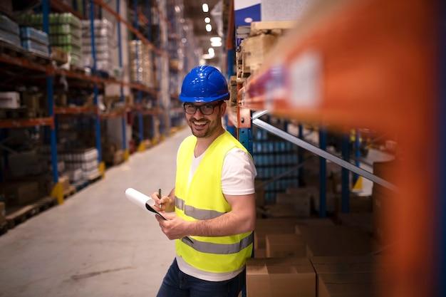 Portret van glimlachende magazijnmedewerker glimlachen en kijken naar voorzijde
