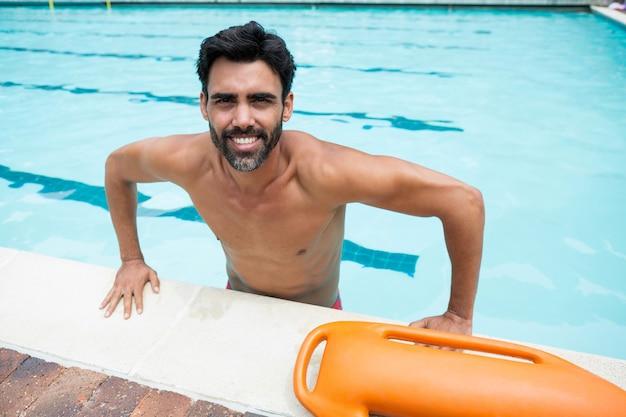 Portret van glimlachende man die in zwembad