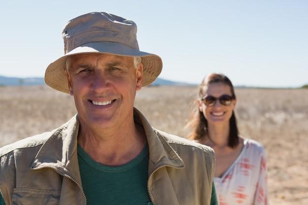 Portret van glimlachende man met vrouw op landschap