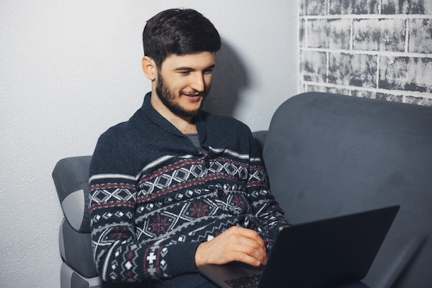 Portret van glimlachende man, zittend op de bank