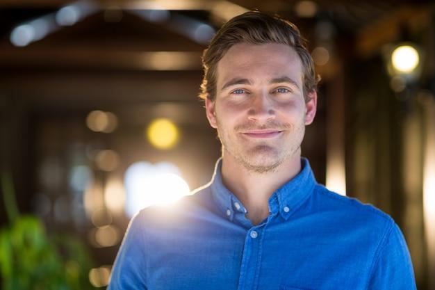 Portret van glimlachende man