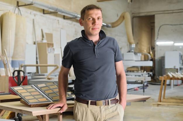 Portret van glimlachende mannelijke eigenaar van industriële kleine onderneming