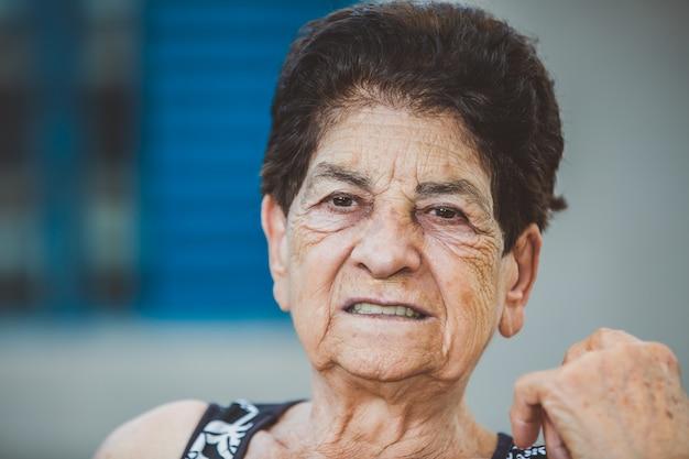 Portret van glimlachende mooie bejaarde