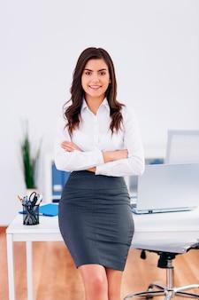 Portret van glimlachende onderneemster op kantoor
