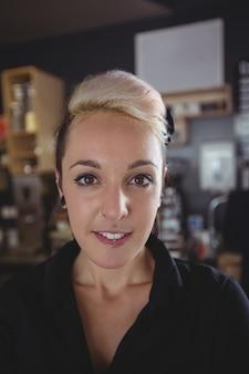 Portret van glimlachende serveerster