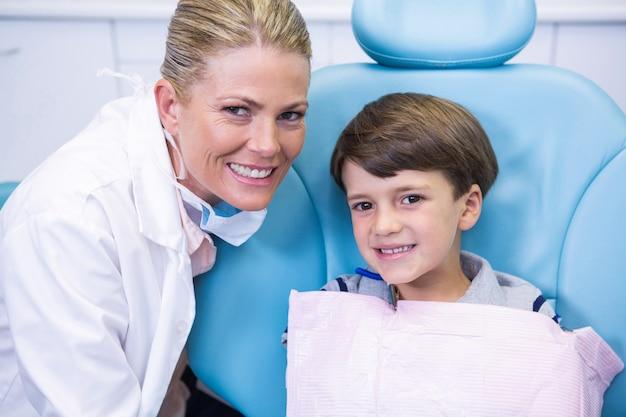 Portret van glimlachende tandarts en jongen