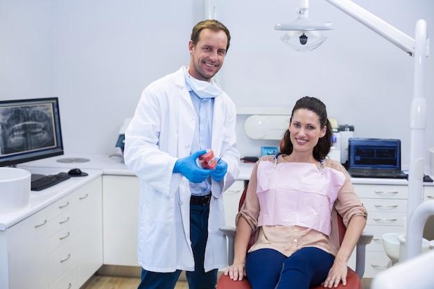 Portret van glimlachende tandartsen en jonge patiënt