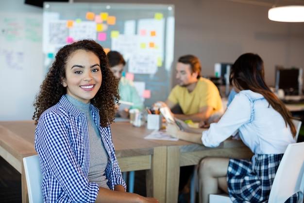 Portret van glimlachende vrouw in bureau