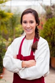 Portret van glimlachende vrouw in het tuinieren kleren