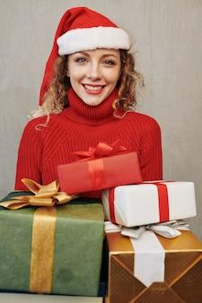Portret van glimlachende vrouw met cadeautjes