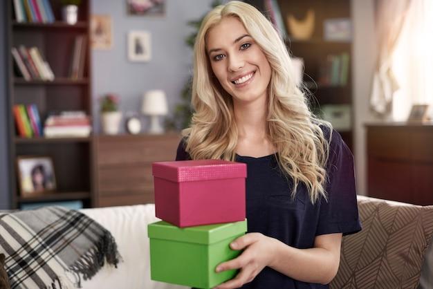Portret van glimlachende vrouw met kleine dozen