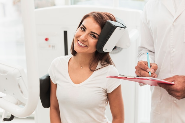 Portret van glimlachende vrouwelijke patiënt