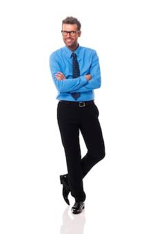 Portret van glimlachende zakenman die glazen draagt die kant bekijken