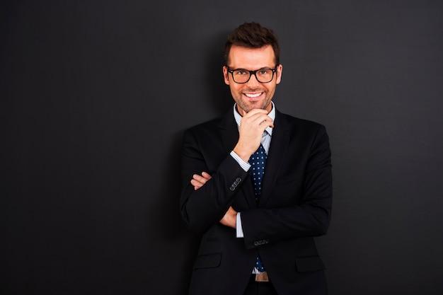 Portret van glimlachende zakenman die glazen draagt