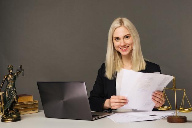 Portret van glimlachende zakenvrouw camera kijken en glimlachen tijdens het werken op kantoor - afbeelding