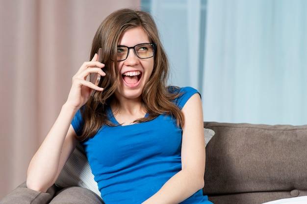 Portret van grappig blij meisje dat je opgewonden vreugdevolle positieve vrouw praten op mobiele mobiele smartphone