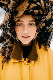Portret van grappig jong hipstermeisje met een tulband van het stellen van de sjaal
