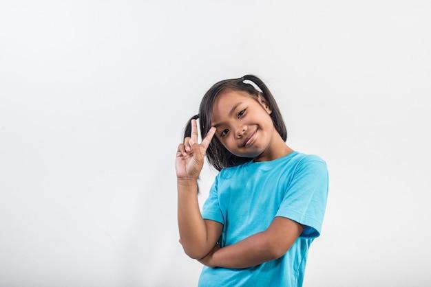 Portret van grappig meisje die in studioschot handelen