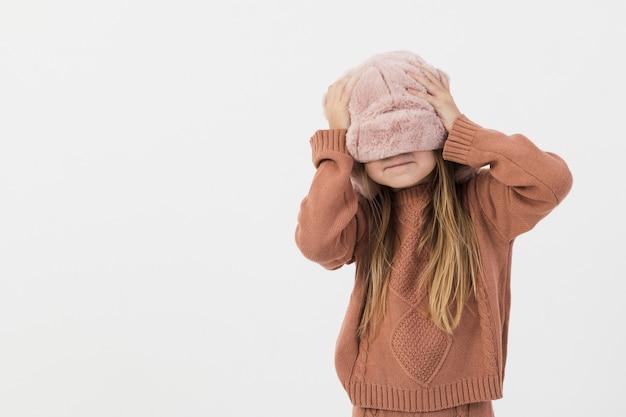 Portret van grappig meisje met exemplaarruimte