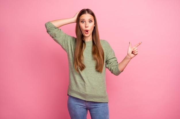 Portret van grappig meisje wijs wijsvinger copyspace onder de indruk