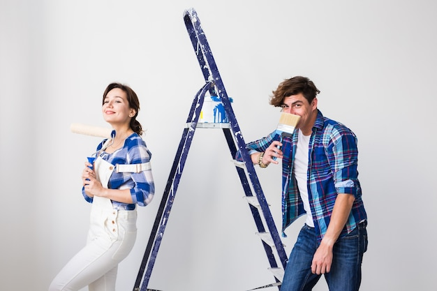 Portret van grappig paar dat herinrichting in appartement doet.