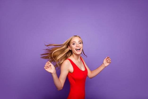 Portret van grappige dame dansen geïsoleerd op violet