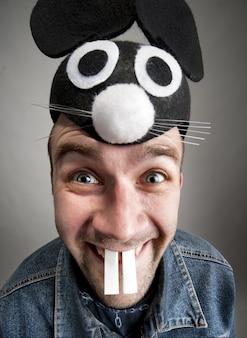 Portret van grappige man in konijnenhoed