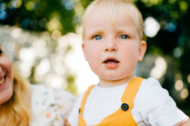 Portret van grappige mooie kleine jongen