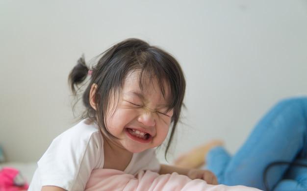 Portret van grappige schattige glimlachend en lachen in de kamer.