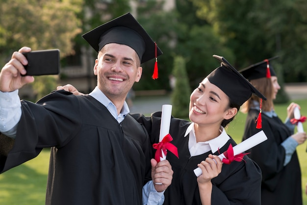 Portret van groep studenten die hun graduatie vieren