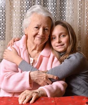 Portret van grootmoeder en kleindochter thuis
