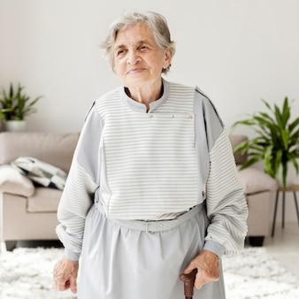 Portret van grootmoeder thuis
