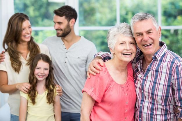 Portret van grootouders met familie