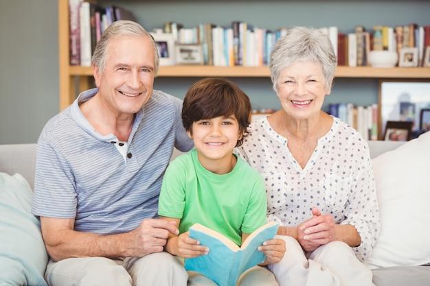 Portret van grootouders met kleinzoon terwijl het houden van boek