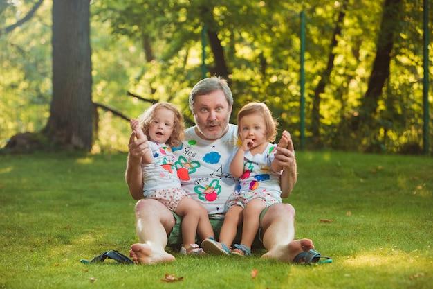 Portret van grootvader met kleindochters