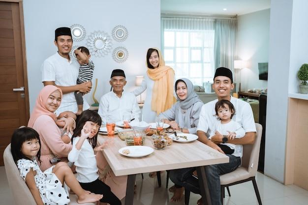 Portret van grote aziatische moslimfamilie op iftardiner die samen glimlachen