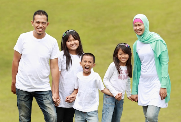 Portret van grote familie in het park